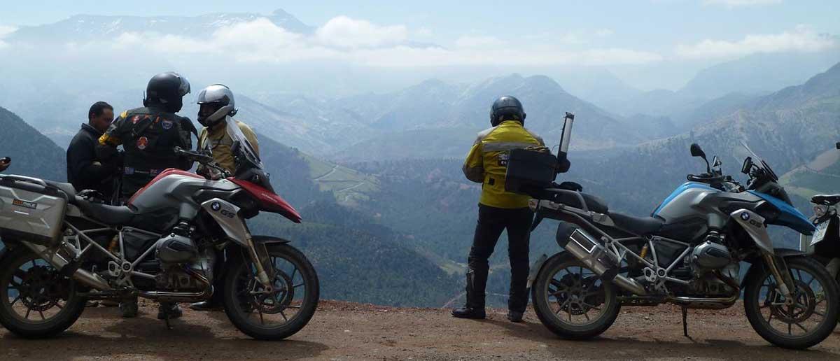 Dos motos y un grupo de personas en una ruta en moto personalizada