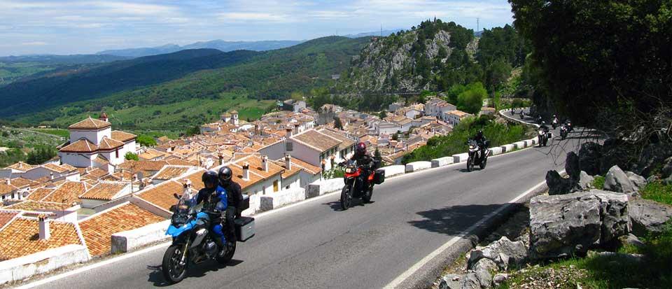 Ruta en Andalucia con motos en una carretera