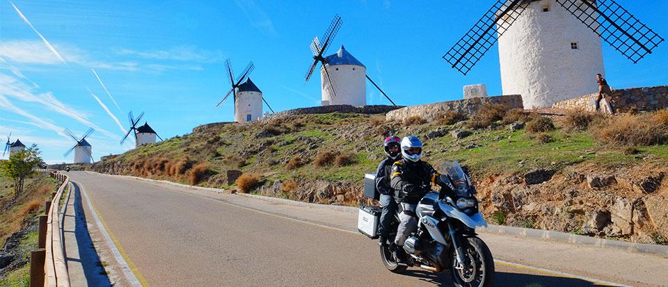 Molinos y moto durante un viaje motero por Portugal y España