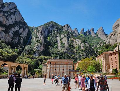 Opcional visita a la ciudad o montar en moto con el guía por Montserrat y viñedos Penedès. Embarco en ferry para travesía nocturna hasta Cerdeña