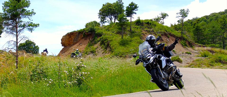 Escena de ruta motera por los pirineos salvajes