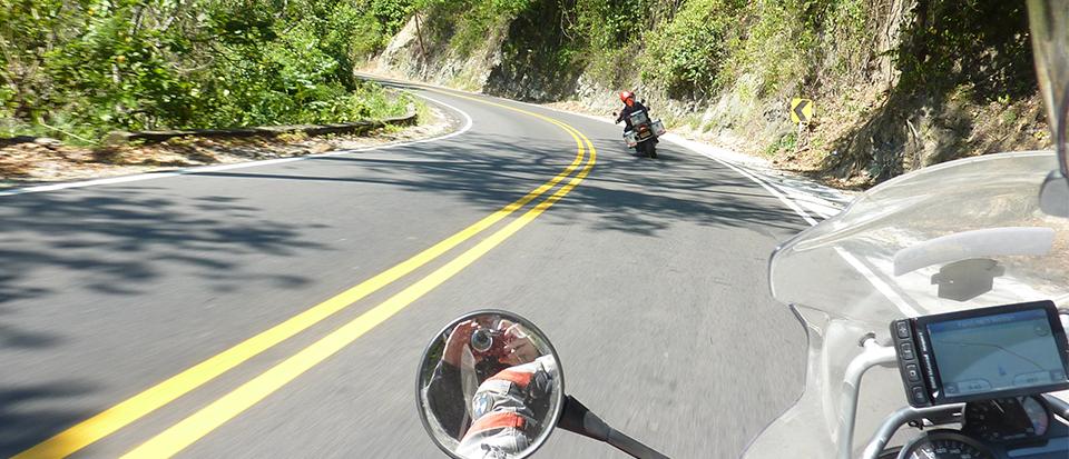Dos motos en una ruta en moto en Colombia