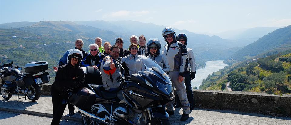 Grupo de personas en un moto durante un viaje en moto por Portugal